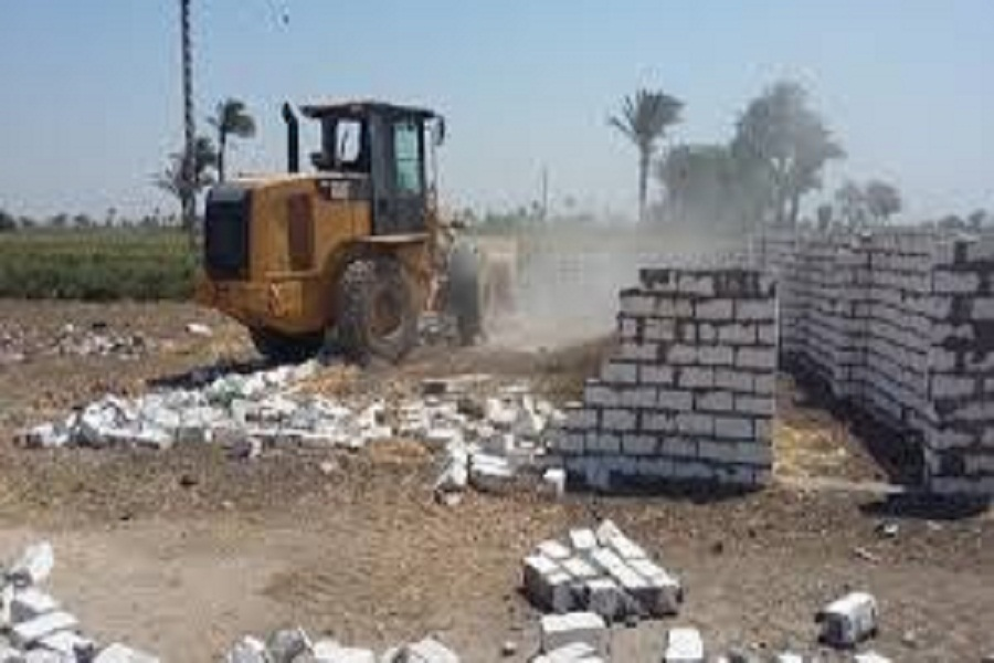 إزالة 8 حالات تعد على الأراضي في مطاي.. صور