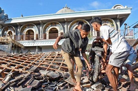 ارتفاع عدد قتلى زلزال تسونامي إندونيسيا إلى 384 قتيلا