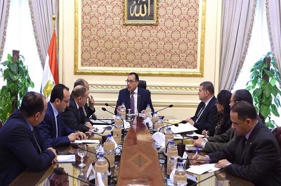 رئيس الوزراء يجتمع مع وزيري الزراعة وقطاع الأعمال للاتفاق على زراعة قطن قصير التيلة