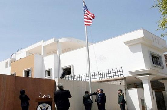 حريق بمحيط السفارة الأمريكية في ليبيا وسماع إطلاق نار