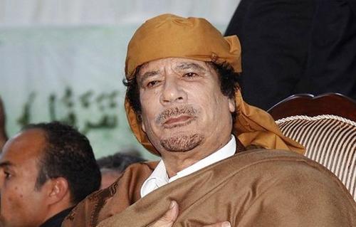شاهد القذافي يسخر من وزن أمير قطر السابق