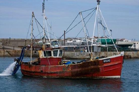 شيخ الصيادين بالسويس: العثور على معدات سفينة الصيد المفقودة