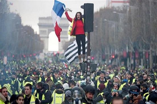 متظاهرو السترات الصفراء يهددون بسحب أموالهم من بنوك فرنسا