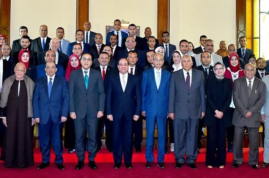 تفاصيل لقاء الرئيس السيسي مع محافظ الوادي الجديد والقيادات التنفيذية والشعبية بالمحافظة | صور