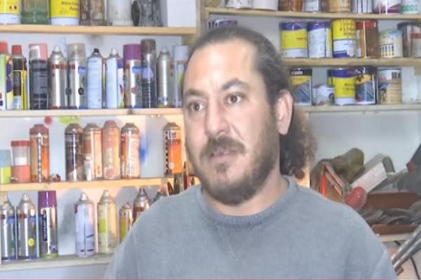 شاهد.. فنان فلسطيني يحوّل قنابل الغاز الإسرائيلية إلى حُلي