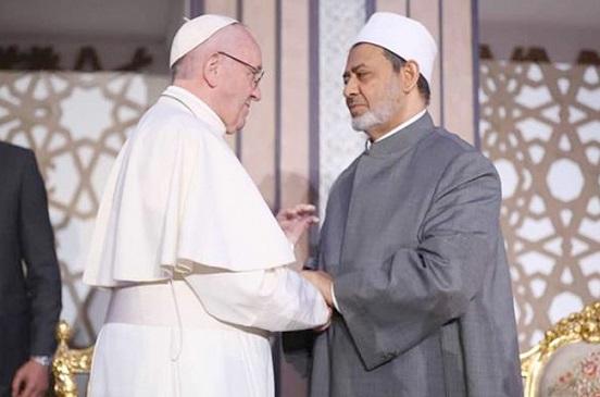 شيخ الأزهر يغادر إلى أبوظبي للقاء بابا الفاتيكان