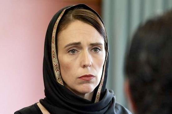 رئيسة وزراء نيوزيلندا ترتدي الحجاب تضامنا مع أهالي ضحايا المسجدين خلال زيارتها مركز