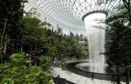أكبر شلال مياه داخلي في العالم داخل مبنى تجاري في سنغافورة