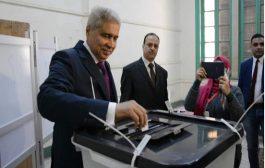 محافظ المنيا يدلي بصوته في لجنة الفريق صفي الدين أبو شناف الثانوية