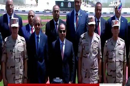 الرئيس السيسي يلتقط صورا تذكارية مع قادة القوات المسلحة خلال افتتاح 1300 صوبة زراعية